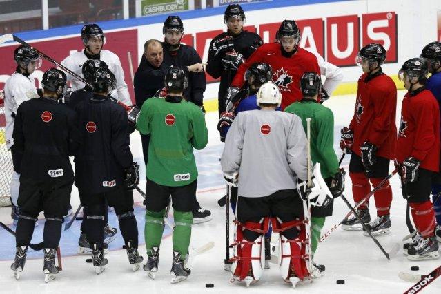 Le coach Brent Sutter dirige l'équipe lors de... (Photo ALEXANDER DEMIANCHUK, Reuters)