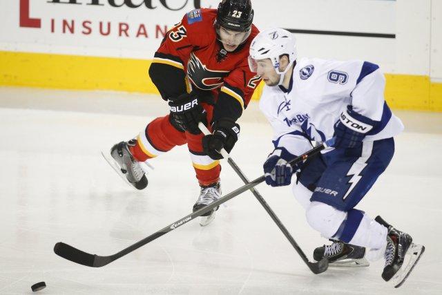 Tyler Johnson du Lightning, à droite, face à... (Photo Jeff McIntosh, La Presse Canadienne)