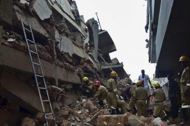 Une cinquantaine d'ouvriers travaillaient sur le site quand... (Photo AP)