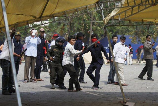 Les policiers ont dispersé environ 1000 protestataires antigouvernementaux... (PHOTO SAMRANG PRING, REUTERS)