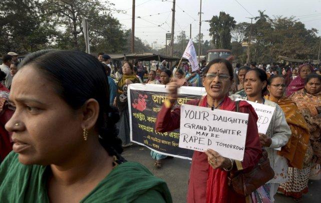 Des centaines de personnes ont manifesté vendredi à... (PHOTO DIBYANGSHU SARKAR, AFP)