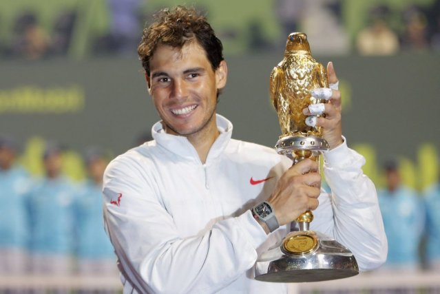 Rafael Nadal pose avec son trophée.... (PHOTO AHMED JADALLAH, REUTERS)