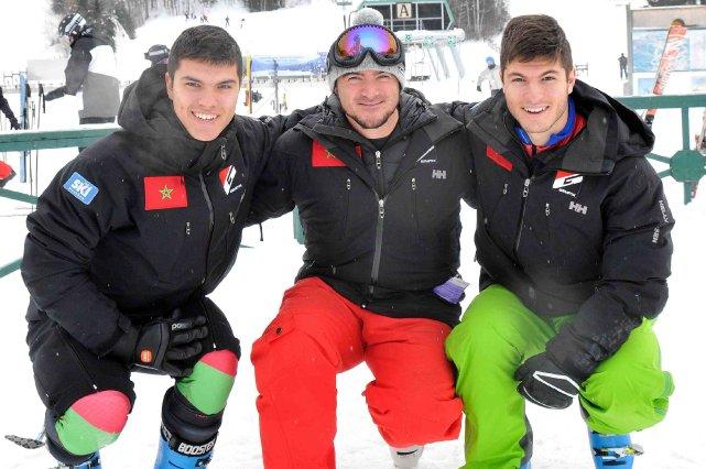 Sami et Adam Lamhamedi entourent leur entraîneur, Martin... ((Photo Rocket Lavoie))