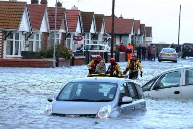 D'importantes inondations, causées par de fortes pluies tombées... (Photo Peter Byrne, AP)
