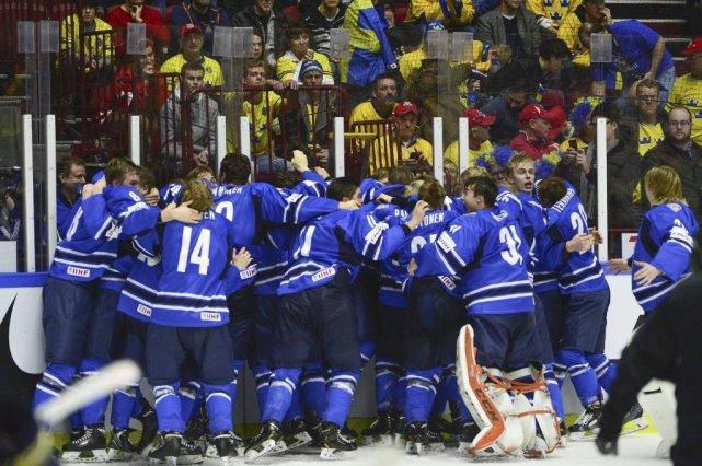 Les Finlandais célèbrent leur première médaille d'or depuis... (PHOTO LUDVIG THUNMAN, AFP)