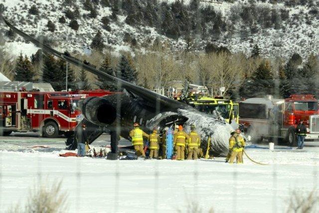 Des pompiers déversent de l'eau sur la carcasse... (PHOTO AP/THE ASPEN TIMES)