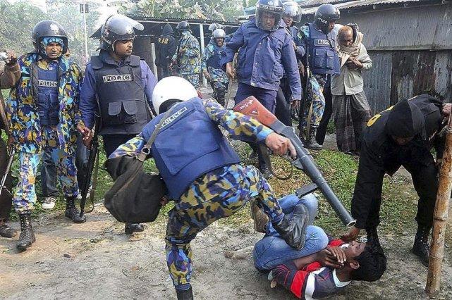 Un policier donne des coups de pied à... (PHOTO ASSOCIATED PRESS)