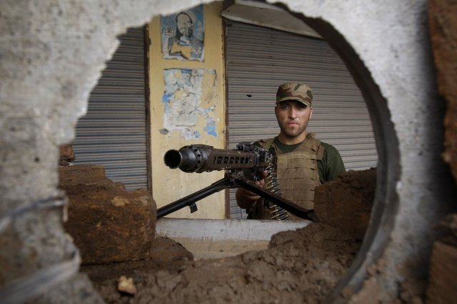 Un militaire pakistanais surveillant la région deKhyber.... (Photo Mohammad Sajjad, AP)