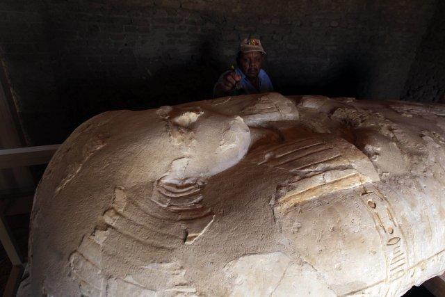 Un Égyptien dépoussière la tombePay and Raia, une... (Photo KHALED DESOUKI, AFP)