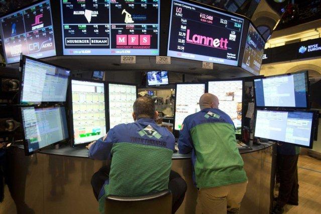La Bourse de New York a clôturé dans le rouge lundi, minée par des indicateurs... (PHOTO CARLO ALLEGRI, REUTERS)