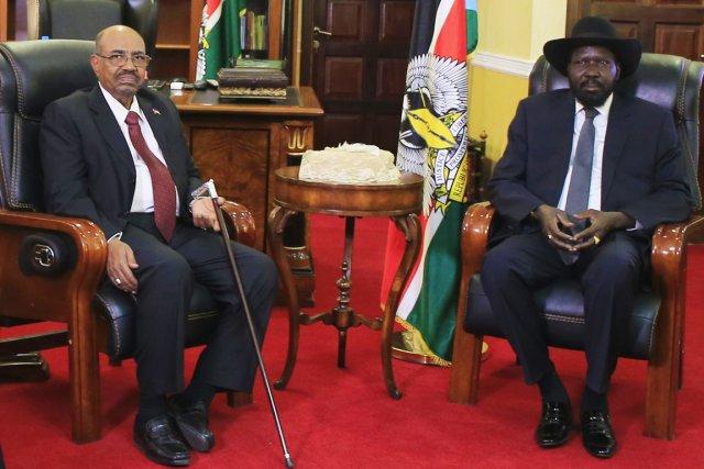 Le président sud-soudanais Salva Kiir (à droite) et... (PHOTO JAMES AKENA, REUTERS)