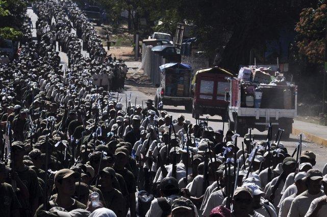 Les policiers ont encerclé la place centrale recouverte... (Photo Jesus Solano, Reuters)