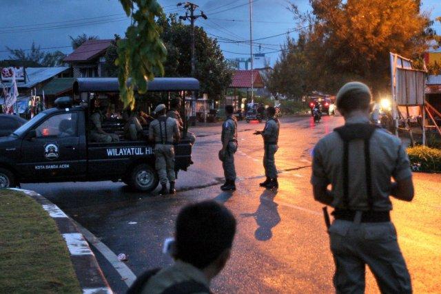 Des policiers de la charia patrouillent afin de... (Photo Heri Juanda, AP)