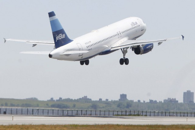 Un avion de la compagnie JetBlue... (PHOTO ARCHIVES AP)