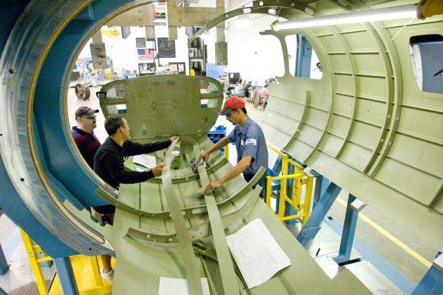 Des travailleurs oeuvrant à l'usine de Wichita.... (PHOTO FOURNIE PAR BOMBARDIER)