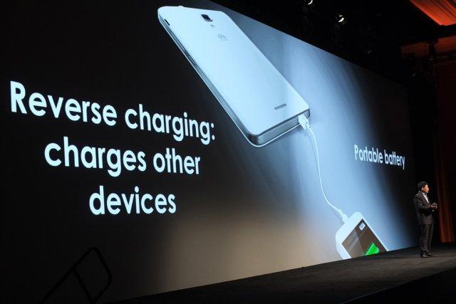 Huawei fournit un câble qui permet au Mate2... (PHOTO JOE KLAMAR, AFP)