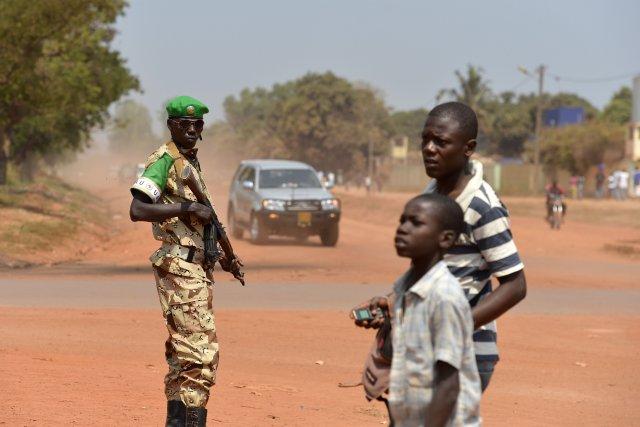 Un soldat du Tchad monte la garde devant... (PHOTO MIGUEL MEDINA, AFP)