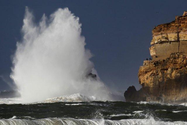 Une forte vague a emporté lundi une vingtaine de voitures et fait quatre... (Archives AP)