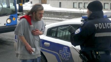 L'intervention policière a été captée en vidéo par... (Photo tirée d'une vidéo d'Adis Simidzija)