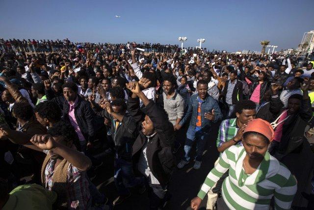 Lundi, les migrants africains avaient défilé à Tel-Aviv... (PHOTO BAZ RATNER, REUTERS)