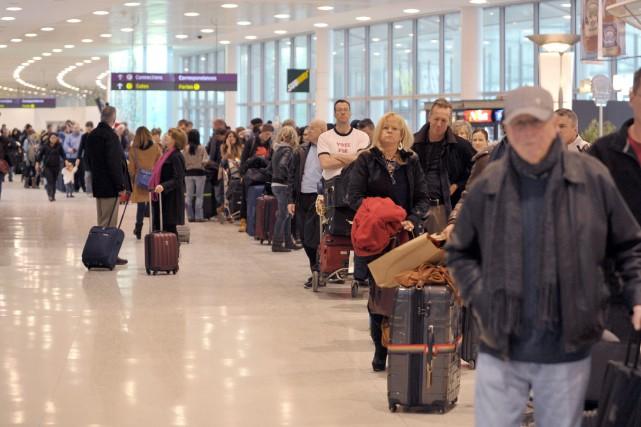 Une file d'attente à l'aéroport international Pearson à... (Photo J.P. MOCZULSKI, Archives PC)