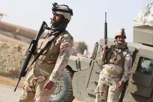 Des soldats de l'armée irakienne positionnés près de... (PHOTO AHMAD AL-RUBAYE, archives AFP)