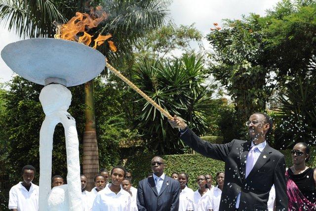 Le président Paul Kagamé, accompagné de sa femme... (PHOTO BERTRAND GUAY, ARCHIVES AFP)