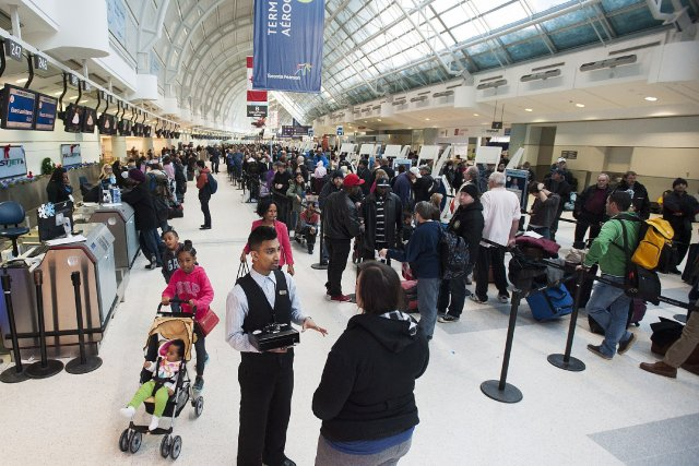 De longues files d'attente à l'intérieur des terminaux... (Photo Aaron Vincent Elkaim, PC)