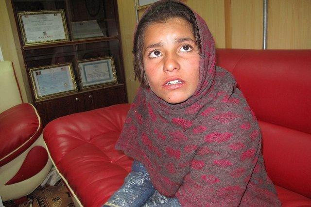 La fillette, prénommée Spozhmai, a été arrêtée dimanche... (PHOTO NOOR MOHAMMAD, AFP)