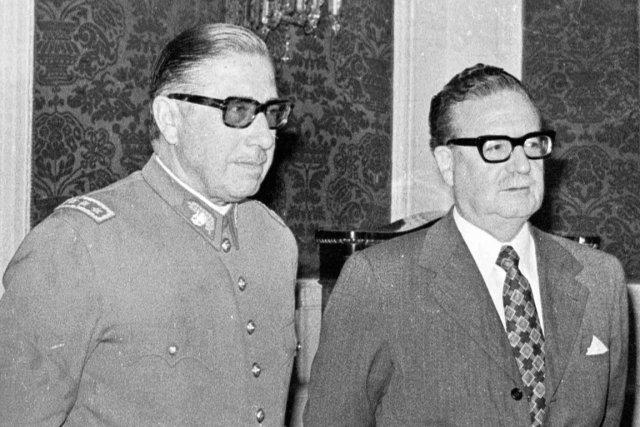Salvador Allende, à droite, et Augusto Pinochet, le... (PHOTO ENRIQUE ARACENA, ARCHIVES AP)