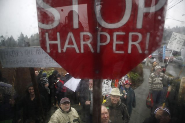 La foule, qui scandait «Harper doit partir!», a... (Photo: PC)