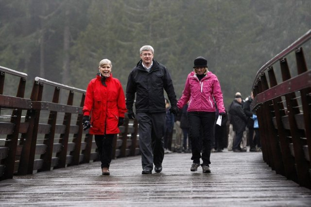 Stephen Harper, sa femme Laureen et Deborah Apps,... (Photo Chad Hipolito, PC)