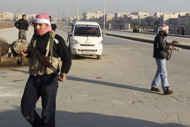 Des combattants de l'Armée syrienne libre montent la... (PHOTO JALAL ALHALABI, REUTERS)