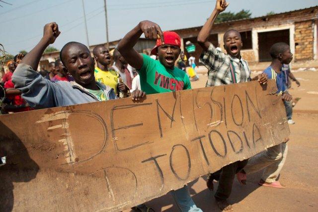 De jeunes opposants manifestent leur désir de voir... (PHOTO REBECCA BLACKWELL, ARCHIVES AP)