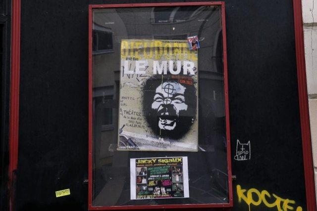 Une affiche fait la promotion du spectacle Le... (Photo: AP)