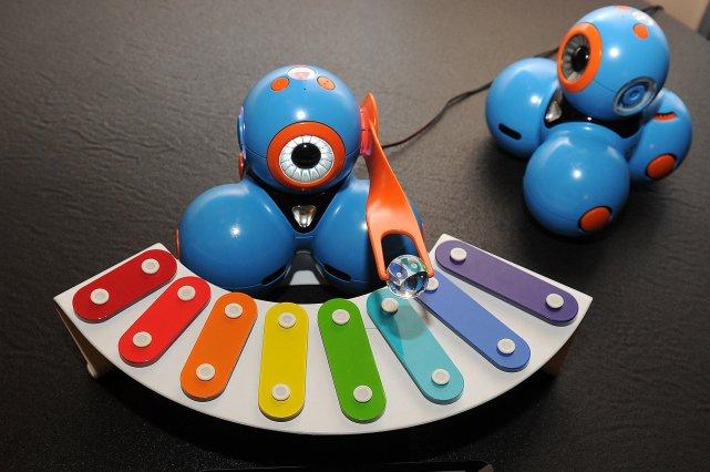 Ces deux poupées «intelligentes» d'i-Play accompagnent les premiers... (Photo ROBYN BECK, AFP)