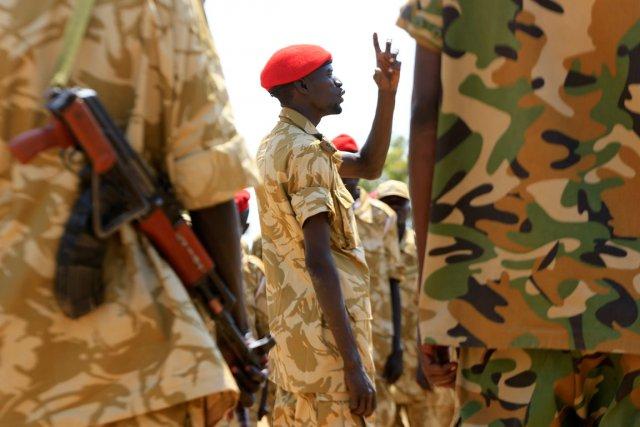Des soldats de l'armée soudanaise à leur quartier... (PHOTO JAMES AKENA, REUTERS)