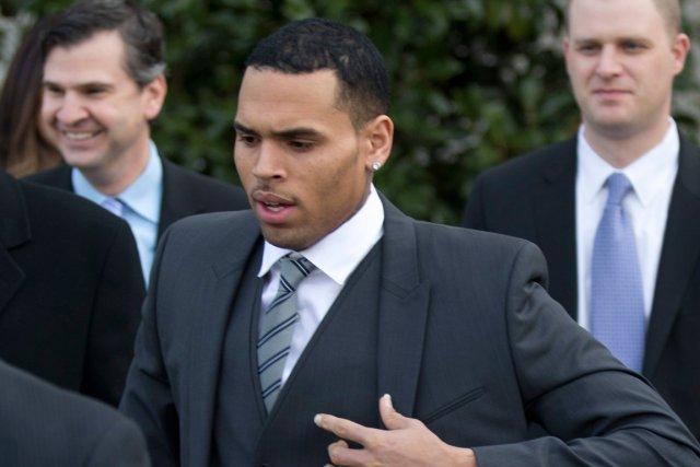 Chris Brown à l'extérieur du tribunal.... (Photo Manuel Balce Ceneta, AP)