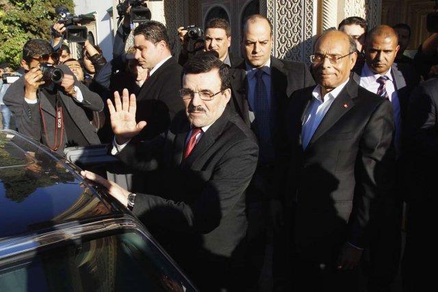 Le premier ministre Ali Larayedh salue la foule... (PHOTO ZOUBEIR SOUISSI, REUTERS)