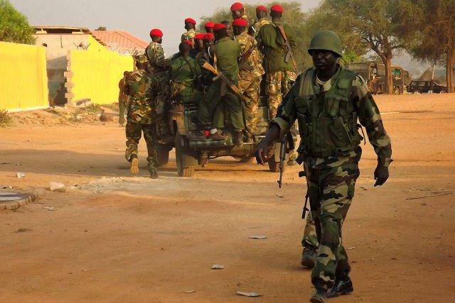 L'armée sud-soudanaise patrouille dans les rues de la... (PHOTO SAMIR BOL, AFP)