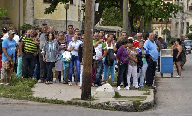 Plusieurs Cubains font la file devantla Section d'intérêt... (PHOTO ADALBERTO ROQUE, AFP)