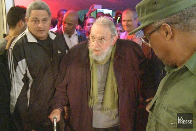 Fidel Castro a parcouru les deux expositions montées... (PHOTO AFP)