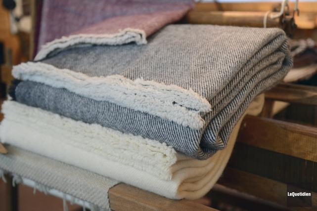 Couverture traditionnelle en laine et mohair du Chevrier... (Photo Jeannot Lévesque, le Quotidien)
