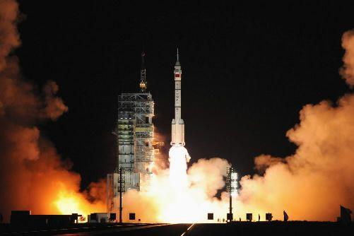 2008 - L'un des trois taïkonautes du vaisseau Shenzhou 7 effectue une sortie... (Photo: archives Reuters)