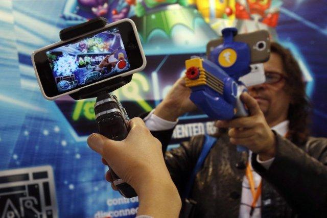 Leur téléphone intelligent connecté à des pistolets,des adultes... (PHOTO BOBBY YIP, REUTERS)