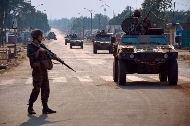 Les soldats français patrouillent dans les rues de... (PHOTO ERIC FEFERBERG, AFP)