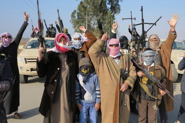 Des membres de tribus (en photo) et la... (Photo Ali al-Mashhadani, Reuters)