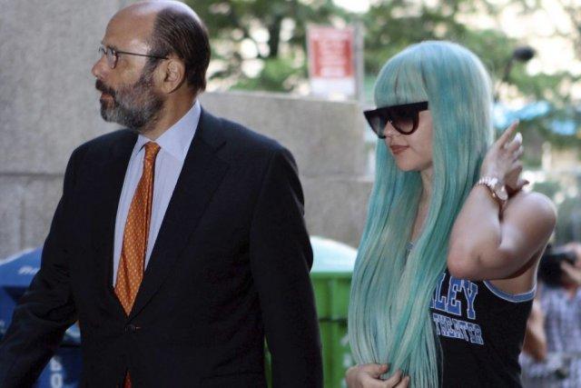 Amanda Bynes en compagnie de son avocat, Gerald... (Photo: AP)