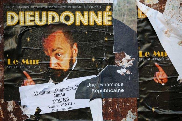 L'affiche du spectacle de Dieudonné, Le Mur.... (STEPHANE MAHE, Reuters)
