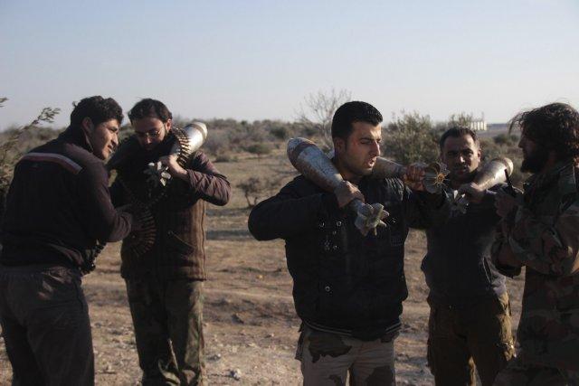 Des membres de forces rebelles transportent des obus... (Photo Fadi Mashan, Reuters)